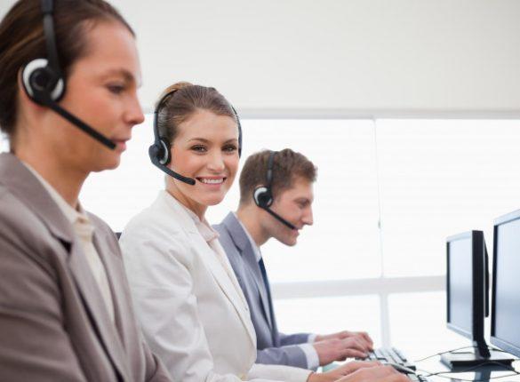 vista-lateral-empleados-oficina-servicio-telefonico_13339-199918